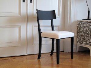 svart-stol-med-vit-kladsel