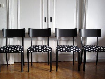 svarta-stolar-med-svart-vit-kladsel