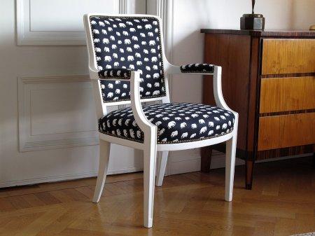 vita-karmstol-med-svart-vit-kladsel