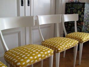 vita-stolar-med-gul-vit-klodsel